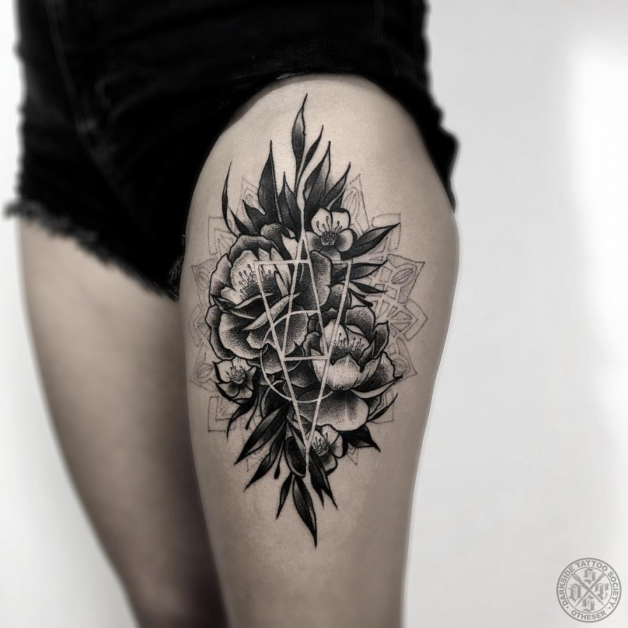 34 Stunning Blackwork Thigh Tattoos For Women Tattoomagz