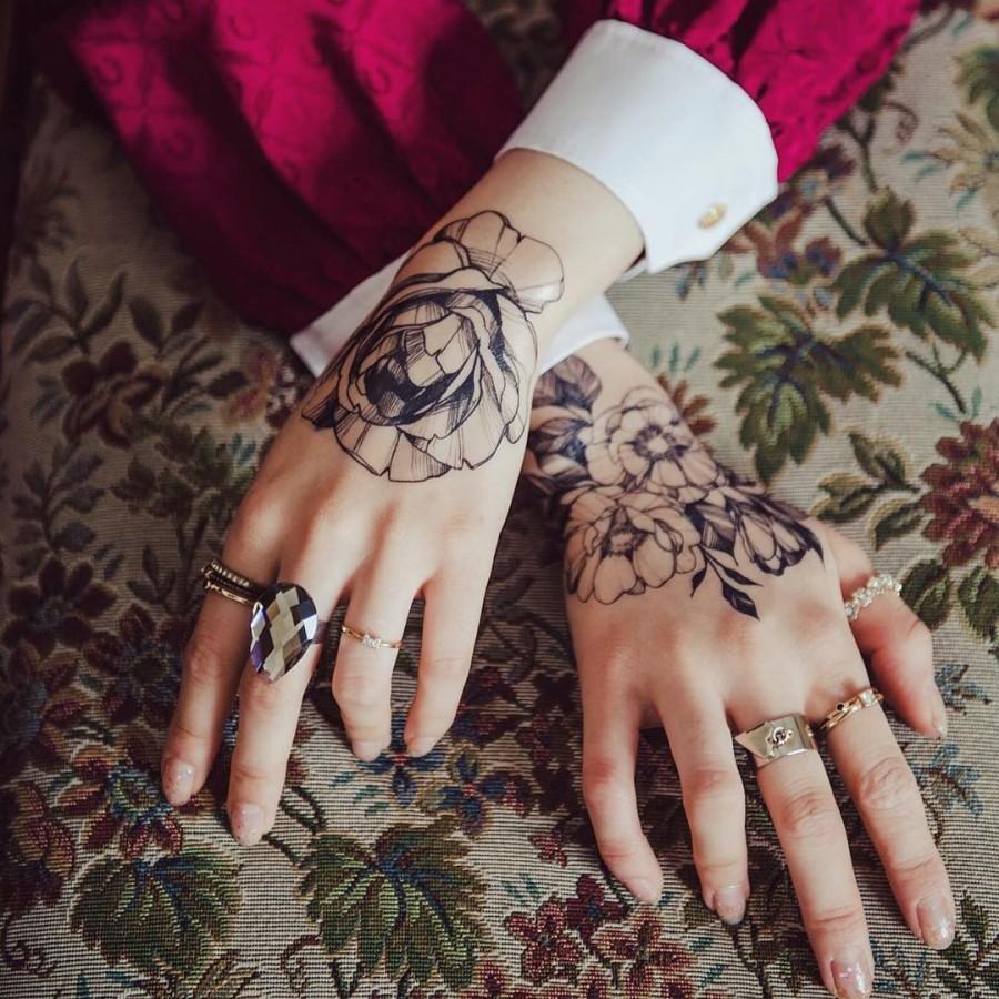 hand flower tattoo by zihwa_tattooer