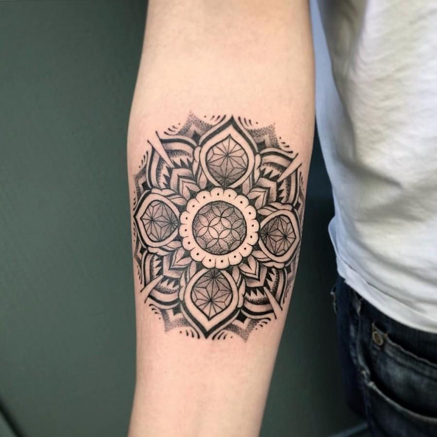 jeykill-bleunoir-mandala-blackwork-tattoo