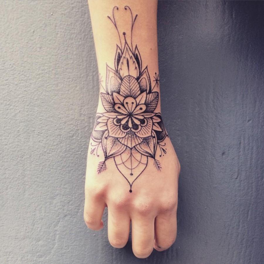 supakitch-bleunoir-wrist-flower-blackwork-tattoo