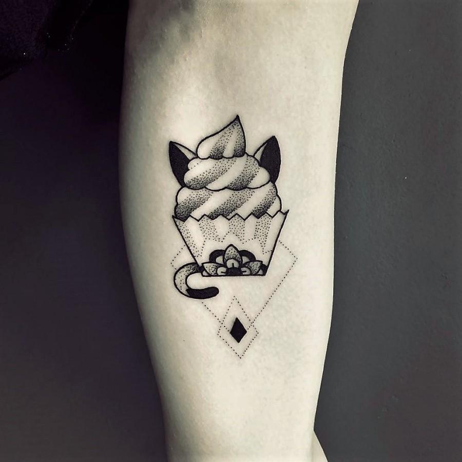 violette-bleunoir-cat-and-cupcake-blackwork-tattoo