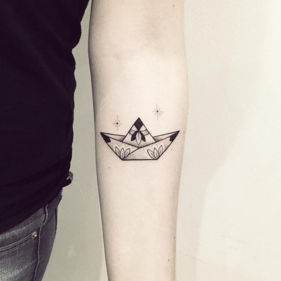 violette-bleunoir-small-paperboat-blackwork-tattoo