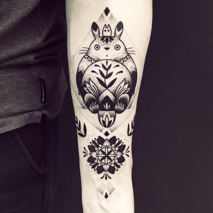 violette-bleunoir-totoro-blackwork-tattoo