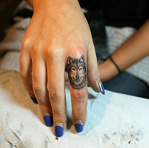finger-wolf-tattoo