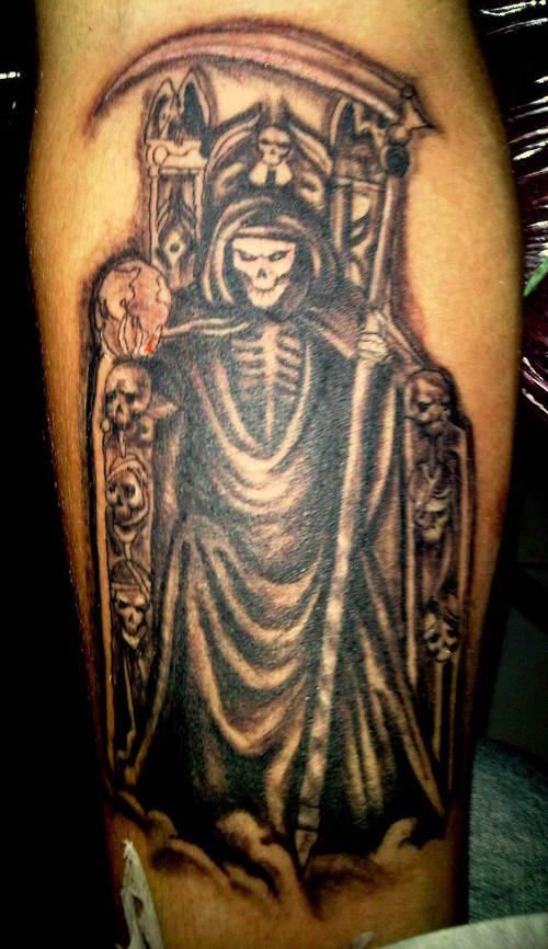 tatuaje en la pierna de la Santa Muerte