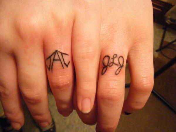 tattoo wedding ring finger design for glamorous look