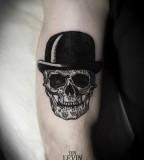 skull tattoo with had
