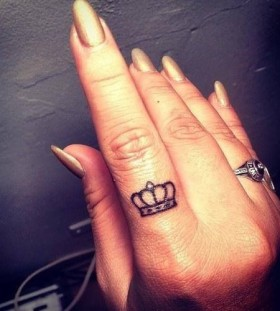 Fingers crown tattoo