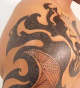 Adorable black tribal tattoo on shoulder