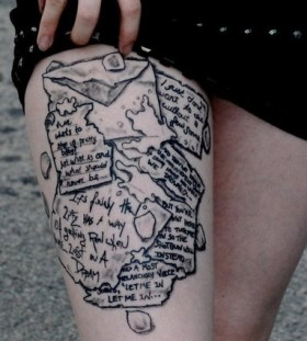 Black puzzle's quote tattoo on leg