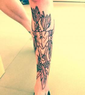 Lovely black skull tattoo on leg
