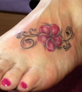 Red nails hawaiian style tattoo