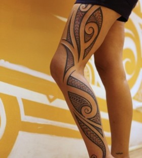 Simple women's tribal tattoo on leg