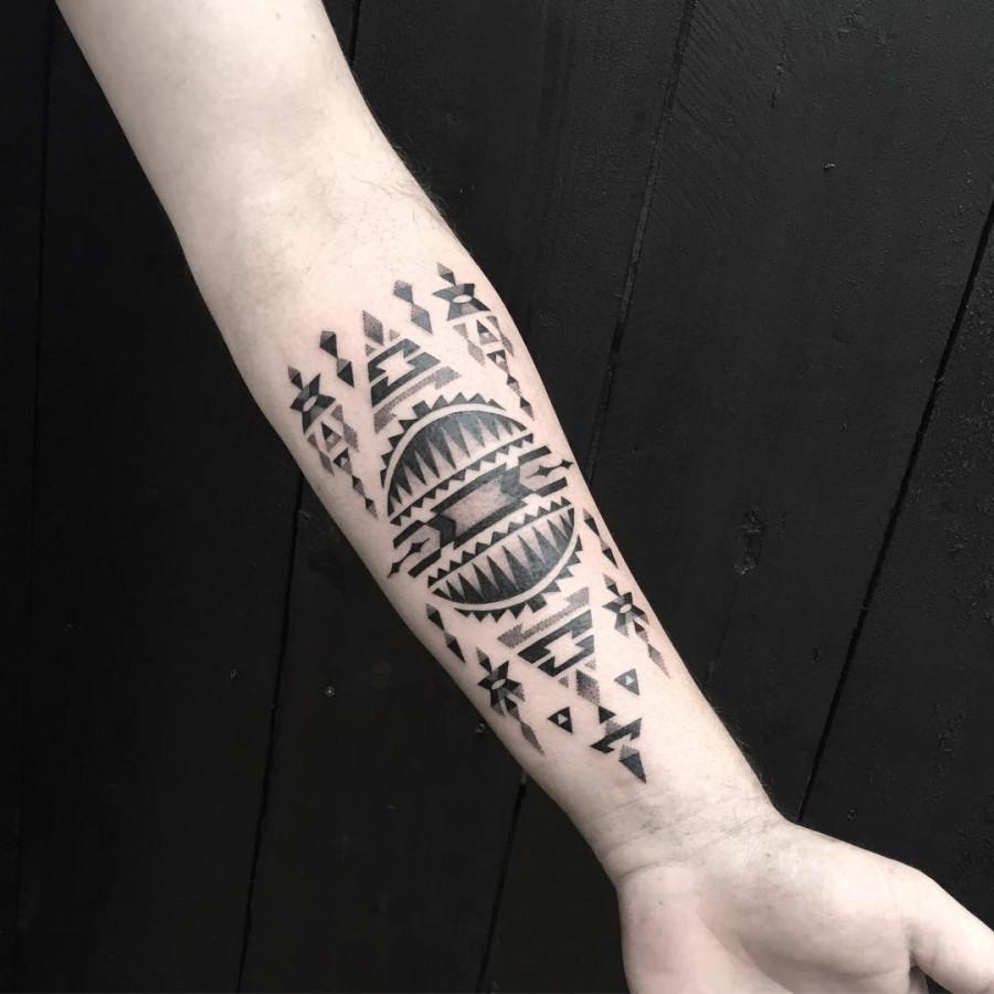 jeykill-bleunoir-geometric-blackwork-tattoo