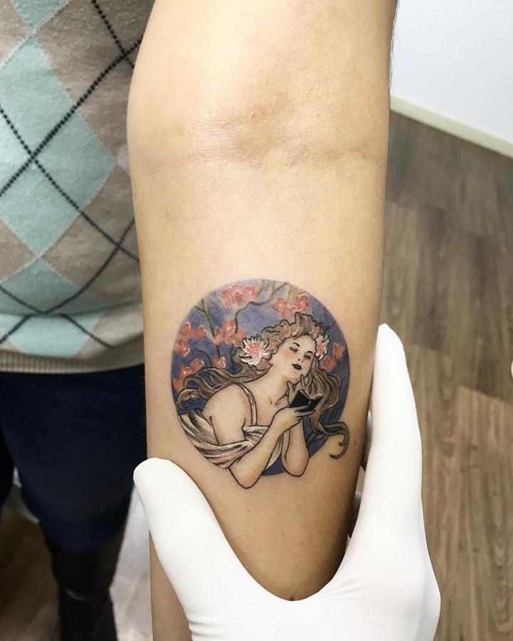 mucha-circle-tattoo