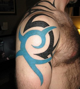 Black shoulder blue men's tattoo