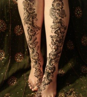 Cool looking snake tattoo on leg