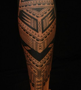 Lovely ornaments tattoo on men's legs