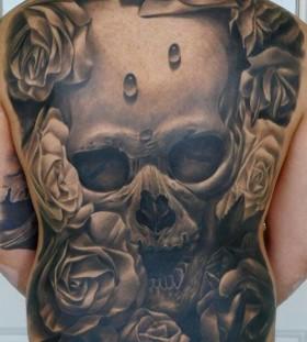 Skull and rose tattoo by Tattoo da Semana