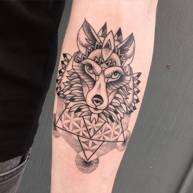 veenom-bleunoir-dotwork-wolf-blackwork-tattoo