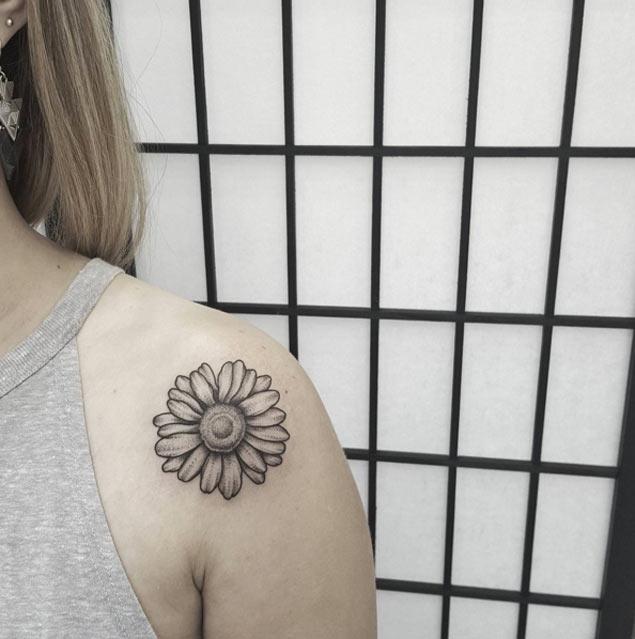 daisy-shoulder-tattoo