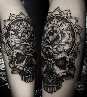 dmitriy-tkach-black-and-white-skull-tattoo