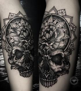 dmitriy-tkach-black-and-white-skull-tattoo