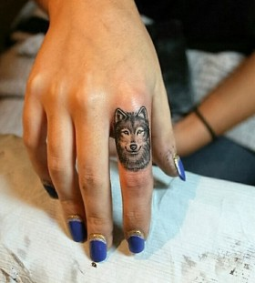 finger-wolf-tattoo