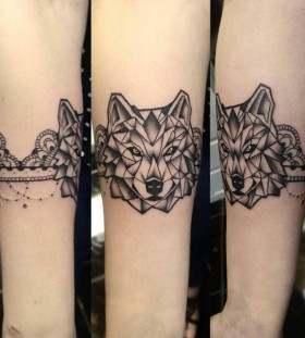 geometric-armband-wolf-tattoo