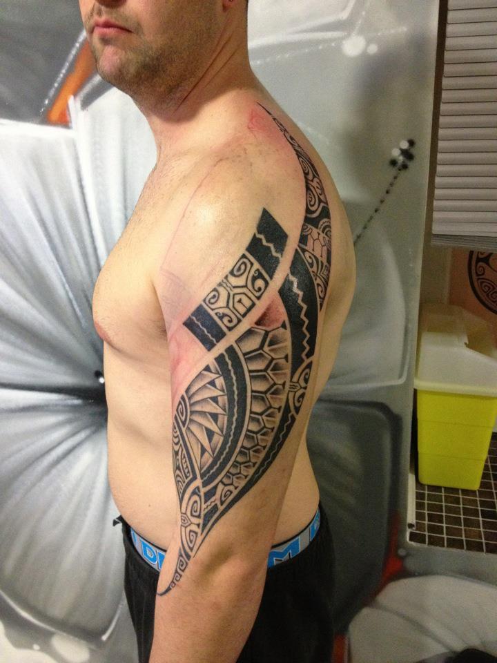 Amazing Tribal Tattoo Design on Shoulder for Men